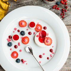 Десерт сливочная панакота с земляничным сорбетом